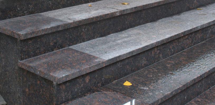 dostoinstva stupenej dlya lestnic iz granita