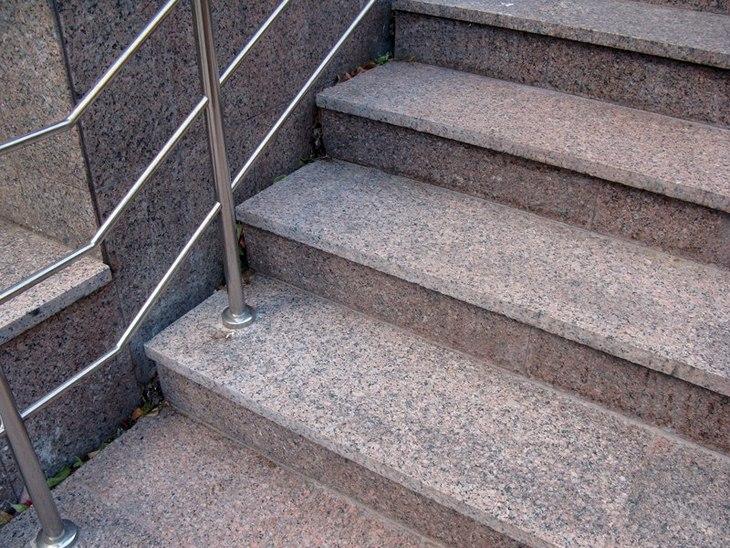 kamennaya tverdost velichestvennye prostupi iz granita