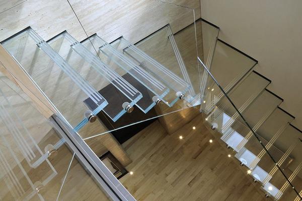 lestnichnye konstrukcii iz stekla tripleksa