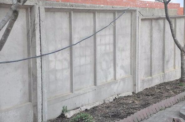 ustanovka zabora iz betonnyh plit